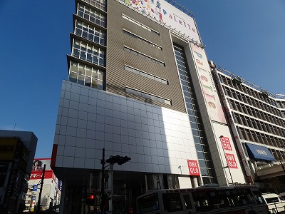 新宿の街を歩く